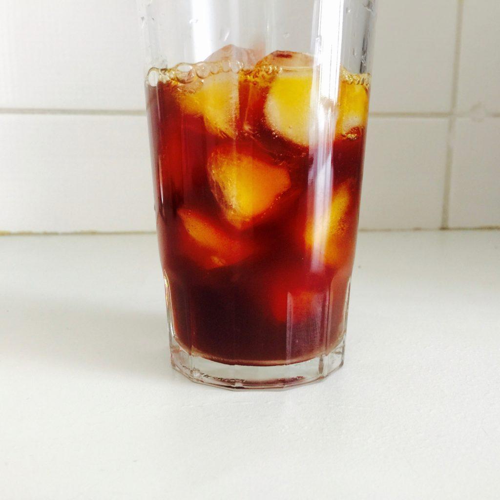 Despeje o conteúdo da Clever no copo sobre o gelo